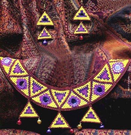Обереги в индийском стиле, вышитые крестом с использованием слюды, что традиционно для Индии и Пакистана.
